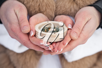 Round box to the hands of the newlyweds.