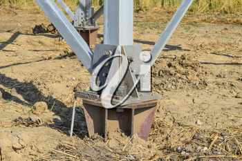 The base supports the mast foot power line.